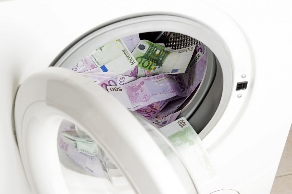 Symbolbild Geldwäsche, Eurogeldscheine in der Waschmaschine